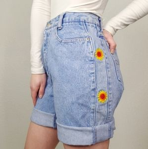 Vintage 90s Embroidered Light Distressed Mom Short